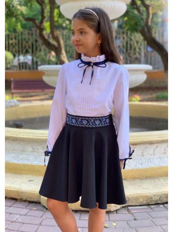 Біла блузка з коміром стійкою для дівчинки